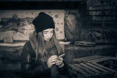 Adolescente del inconformista en una calle de la ciudad Fotografía de archivo