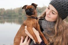 Adolescente del invierno y su perro Fotografía de archivo