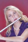Adolescente del músico del jugador de Fluter en rojo Foto de archivo