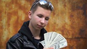 Adolescente del metraggio che ostenta i loro soldi stock footage