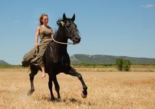 Adolescente del montar a caballo Imagen de archivo libre de regalías