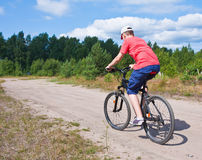 Adolescente del mountain bike con cielo blu Immagine Stock