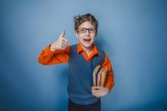 Adolescente del muchacho con los libros del aspecto europeo Imágenes de archivo libres de regalías