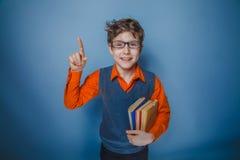 Adolescente del muchacho con los libros del aspecto europeo Imagen de archivo libre de regalías