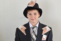 Adolescente del muchacho con pegarse al dinero del ruso de la ropa Fotos de archivo libres de regalías