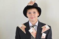 Adolescente del muchacho con pegarse al dinero del ruso de la ropa Imágenes de archivo libres de regalías