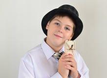 Adolescente del muchacho con una ratonera en manos de Imagen de archivo libre de regalías