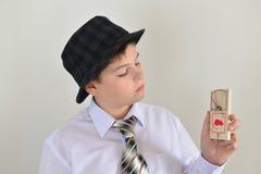 Adolescente del muchacho con una ratonera en manos de Fotografía de archivo libre de regalías