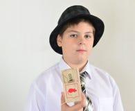 Adolescente del muchacho con una ratonera en manos de Imagen de archivo
