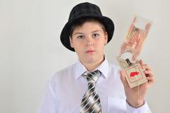 Adolescente del muchacho con una ratonera en manos de Fotografía de archivo