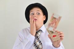 Adolescente del muchacho con una ratonera en manos de Fotos de archivo libres de regalías