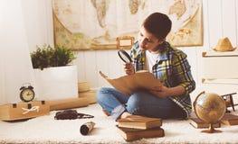 Adolescente del muchacho del niño que estudia el mapa del mundo, globo, geografía, dre Fotografía de archivo libre de regalías