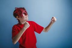 Adolescente del muchacho doce años en camisa roja en Imágenes de archivo libres de regalías