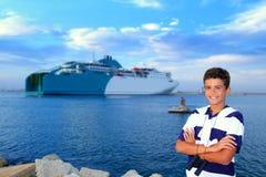 Adolescente del muchacho en el mar del azul del puerto del transbordador Fotos de archivo libres de regalías