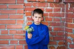 Adolescente del muchacho en un fondo de la pared de ladrillo Imagen de archivo