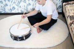 Adolescente del muchacho que juega los tambores en sitio Foto de archivo libre de regalías