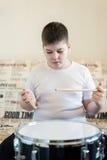 Adolescente del muchacho que juega los tambores en sitio Fotos de archivo