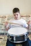 Adolescente del muchacho que juega los tambores en sitio Fotografía de archivo libre de regalías