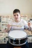 Adolescente del muchacho que juega los tambores en sitio Fotos de archivo libres de regalías