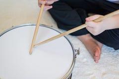 Adolescente del muchacho que juega los tambores en sitio Fotografía de archivo