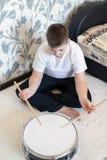 Adolescente del muchacho que juega los tambores en sitio Imagen de archivo libre de regalías