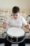 Adolescente del muchacho que juega los tambores en sitio Imágenes de archivo libres de regalías