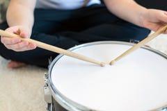 Adolescente del muchacho que juega los tambores en sitio Foto de archivo