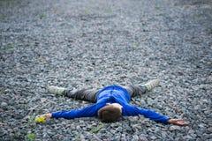 Adolescente del muchacho que miente en un sueño de la tiza Fotos de archivo