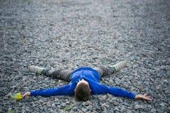 Adolescente del muchacho que miente en un sueño de la tiza Imagen de archivo libre de regalías