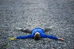 Adolescente del muchacho que miente en un sueño de la tiza Imagen de archivo