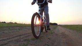 Adolescente del muchacho que monta una bicicleta La bicicleta del montar a caballo del adolescente del muchacho va a la naturalez Foto de archivo libre de regalías