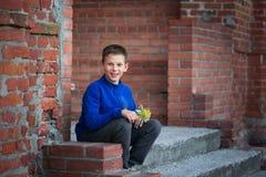 Adolescente del muchacho que se sienta en el pórtico en casa Foto de archivo