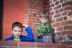 Adolescente del muchacho que se sienta en el pórtico en casa Imagen de archivo