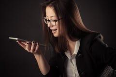 Adolescente del negocio que habla en las manos libres Fotografía de archivo libre de regalías