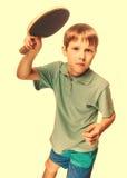Adolescente del niño del atleta del muchacho con el silbido de bala p de los tenis de mesa de los juegos de la estafa Imagenes de archivo