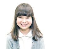 Adolescente del niño que sonríe en el lugar blanco del fondo para la inscripción Imagenes de archivo