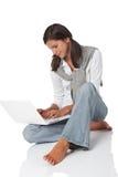 Adolescente del pelo de Brown con la computadora portátil Imagen de archivo