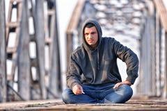 Adolescente del pensador en la depresión que se sienta en el puente en Fotografía de archivo libre de regalías