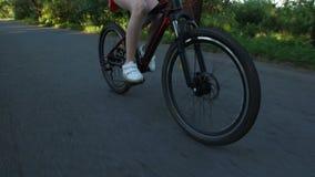Adolescente del primo piano che cicla sulla bicicletta all'aperto archivi video
