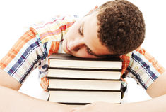 Adolescente del ragazzo che dorme sui suoi libri Fotografia Stock Libera da Diritti