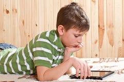 Adolescente del ragazzo con il computer della compressa Immagine Stock