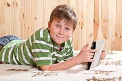 Adolescente del ragazzo con il computer della compressa Fotografia Stock