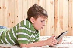 Adolescente del ragazzo con il computer della compressa Fotografia Stock Libera da Diritti