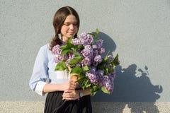 Adolescente del retrato con el ramo de lilas Fotos de archivo libres de regalías