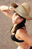 Adolescente del ritratto in cappello giallo immagine stock
