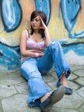 Adolescente delante de la pared de la pintada Imágenes de archivo libres de regalías
