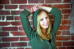 Adolescente delante de la pared de ladrillo Imagen de archivo libre de regalías
