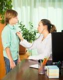 Adolescente delante de un doctor Foto de archivo