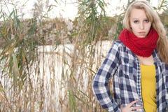 Adolescente delante de un lago Imagen de archivo libre de regalías