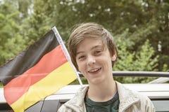 Adolescente delante de una bandera alemana Fotos de archivo libres de regalías